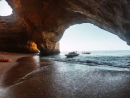 Bootstouren zur Höhle