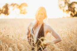 Julia im Kornfeld im Sonnenuntergang